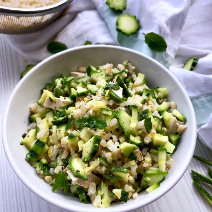 Insalata di riso integrale con zucchine marinate al limone, tofu ementa