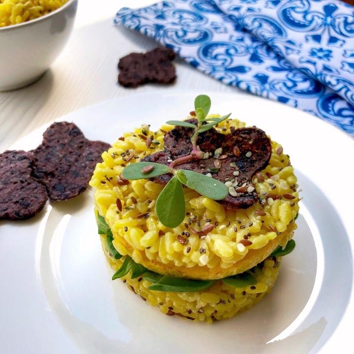 Sandwich di riso allo zafferano con insalata efrittatina
