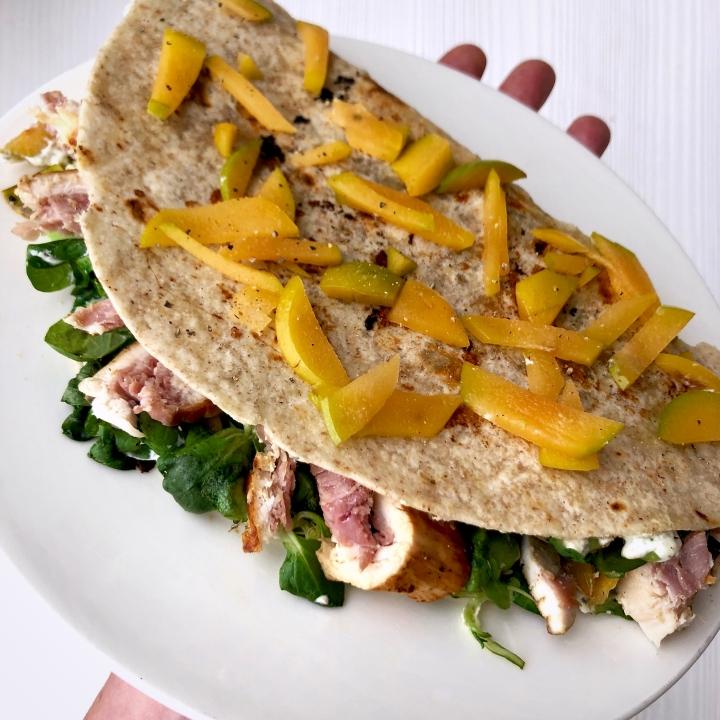 Piadina integrale con valeriana, pollo ripieno al prosciutto eprugne